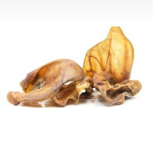Cibo per cani, snack essiccato di orecchie di maiale